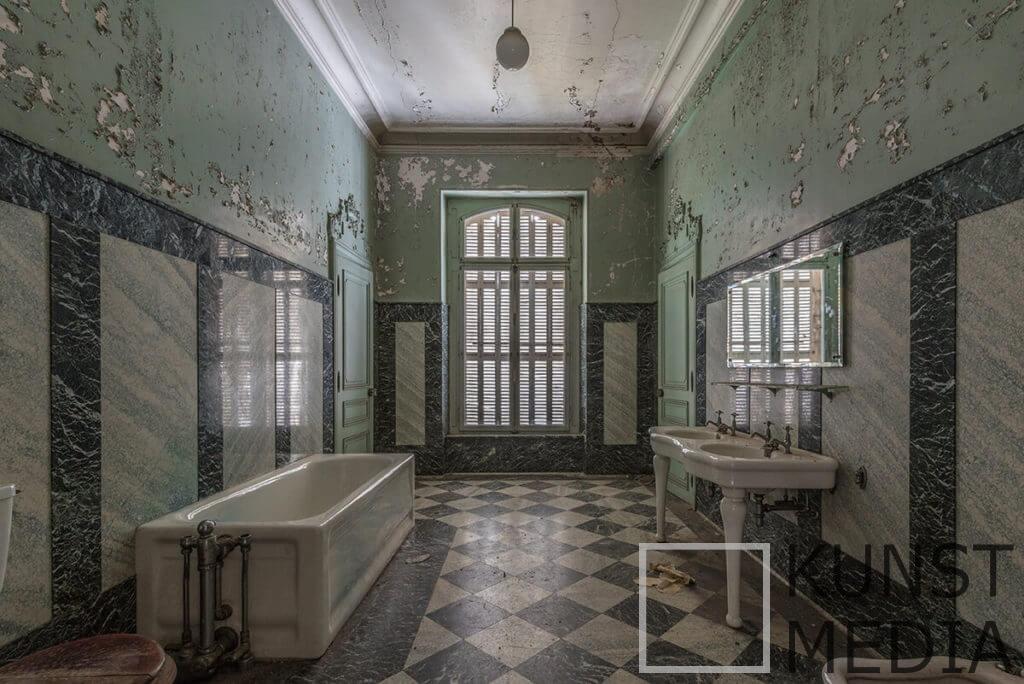 Forgotten bathroom – Celina Dorrestein